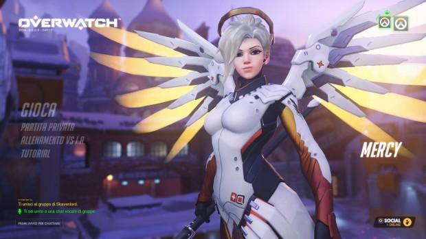 Una donna bianca angelica con grandi ali luminose e meccaniche.
