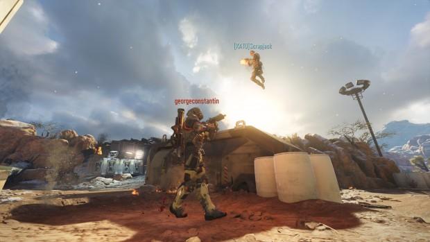 Immagine del multiplayer in cui un soldato a svariati metri di altezza spara ad uno coi piedi saldamente a terra.