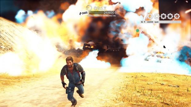 Il protagonista corre verso il giocatore, allontanandosi da una gigantesca esplosione.