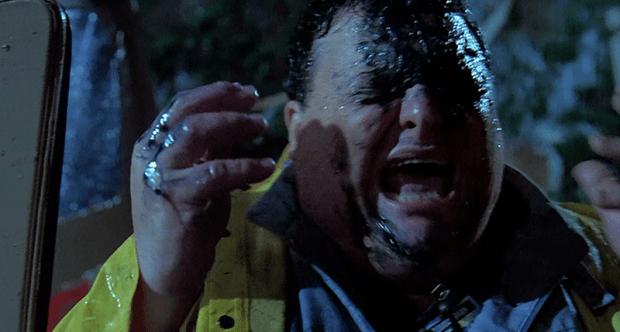 Still di Jurassic Park con Dennis Nedry che urla terrorizzato con gli occhi chiusi.