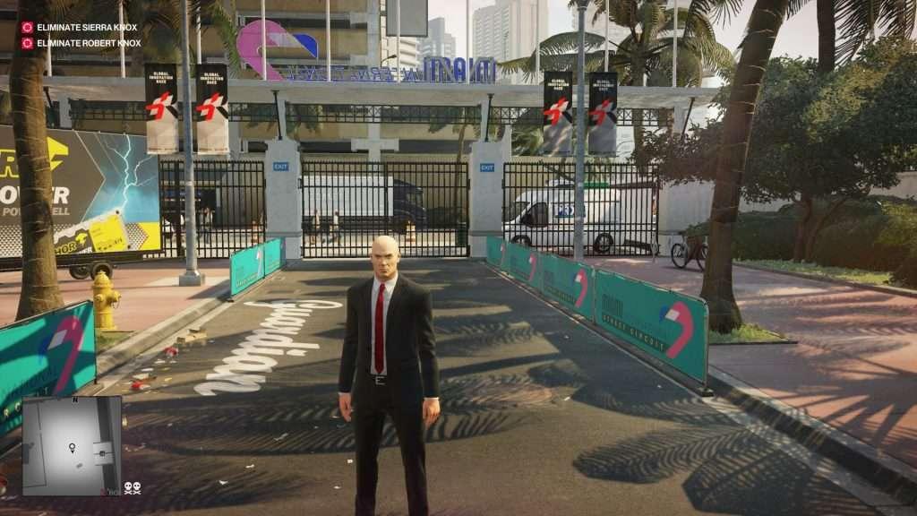 Agente 47 nel suo classico abito nero e cravatta rossa.