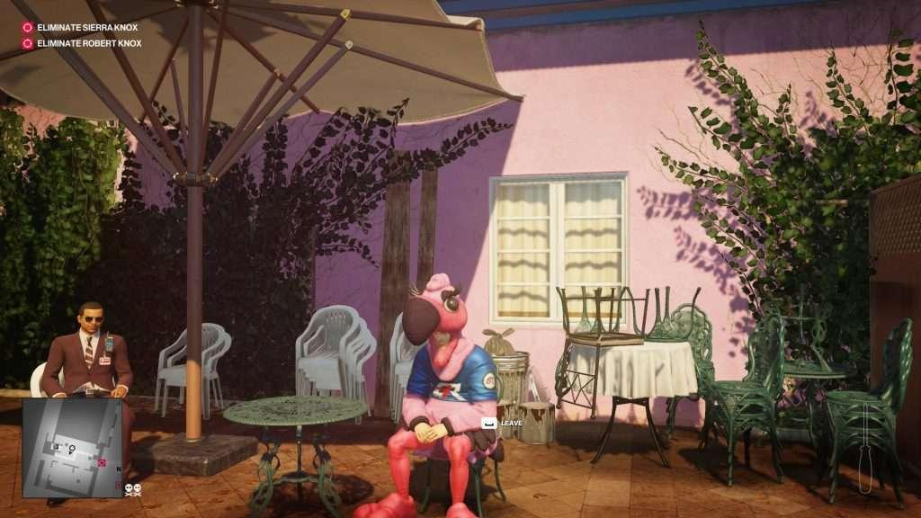 Fermo immagine dell'Agente 47 con un costume da fenicottero rosa.