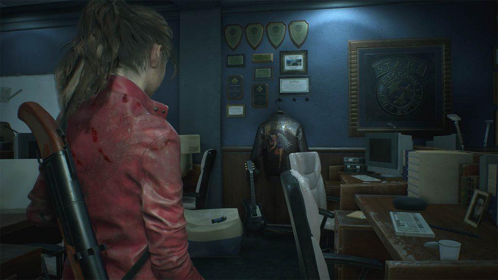 Claire in una stanza del dipartimento di polizia.